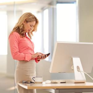מחקר חדש קובע שהעבודה בעמידה משפרת את היעילות ב-50%