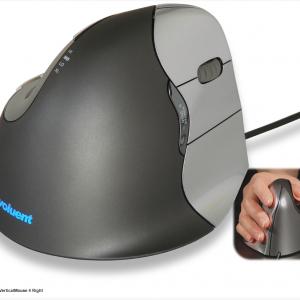 יד ימין – עכבר ארגונומי אנכי ימיני חוטי – דגם VerticalMouse 4 – תוצרת EVOLUENT