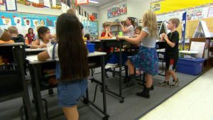 standing_desk_classroom טופ קומרס גוגיה